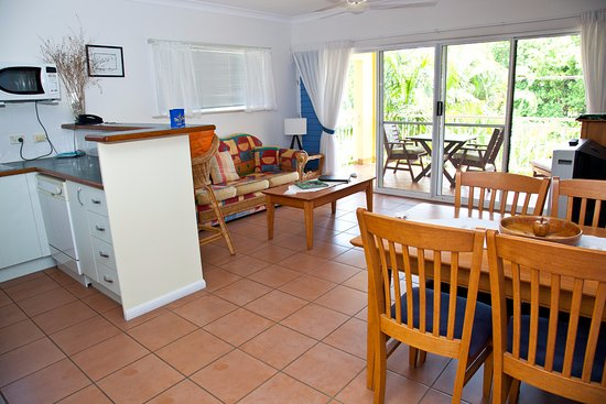 Yorkeys Knob, Australia: Comfortable lounge and dining area with private balcony or courtyard.