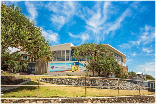 Coolum Beach, Australia: The view looking North West to the club from the beach