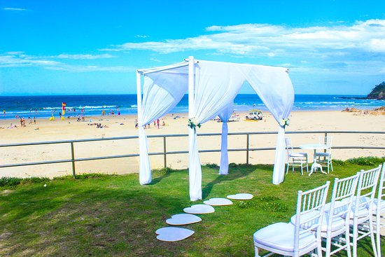 Coolum Beach, Αυστραλία: Wedding on the grass in front of the Club