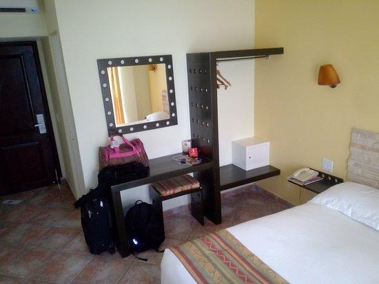 Seven Crown Hotels: Cuenta con espejo, closet y escritorio con banco.