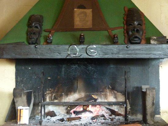 Bourg-Murat, เกาะเรอูนียง: Agréable feu de cheminée avec coin salon en attendant sa table