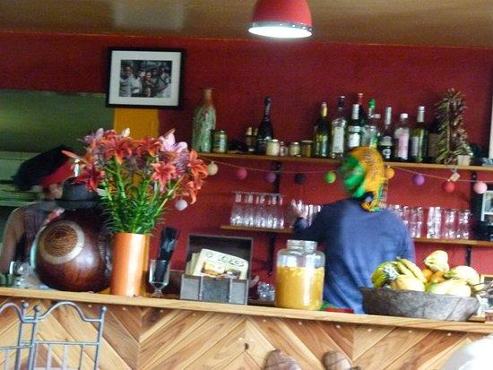 Bourg-Murat, เกาะเรอูนียง: Vue du bar et de la tenue des serveurs. Bocal de punch au centre.