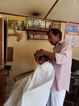‪‪Western Province‬, سريلانكا: Raja, the local barber in Homagama, Sri Lanka‬