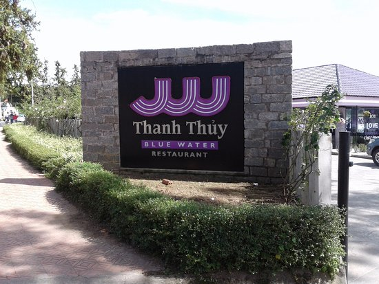 Thanh Thuy Blue Water Restaurant: Blue water? - or purple on the lake