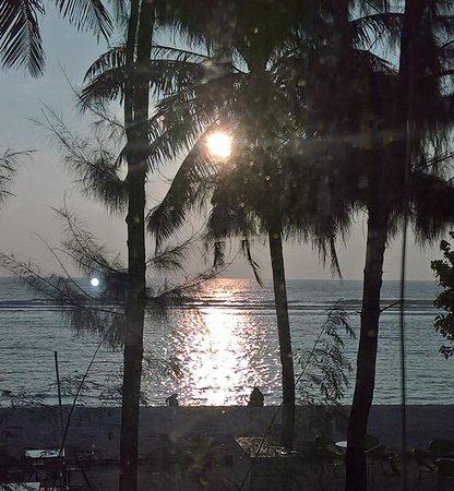 Atolón Kaafu: пляж ранним утром