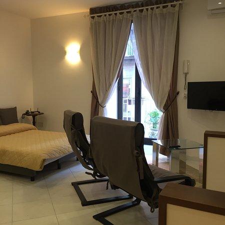 La Residenza Napoli Short Lets Apartments : Soggiorno/divano letto