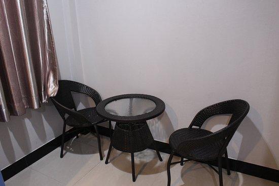 Suwannaphum, Thailand: เก้าอี้นั่งชิวในห้อง