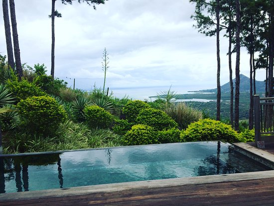 Lakaz Chamarel Exclusive Lodge: Private pool looking over mountains and sea