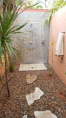 Bali Hai Resort & Spa: Outdoor shower