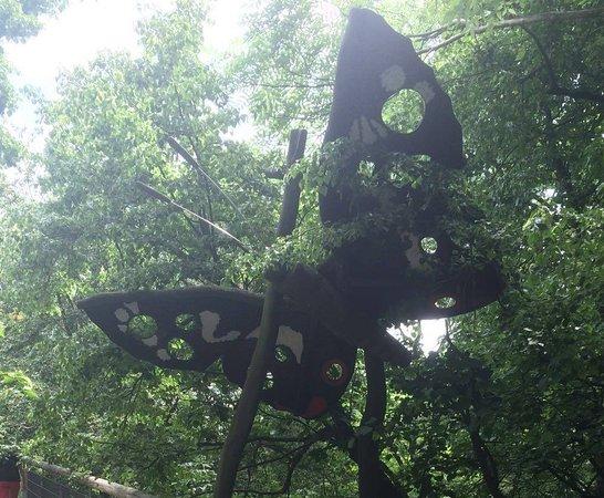 Bad Langensalza, Alemania: Große Holzfiguren zwischen den Bäumen