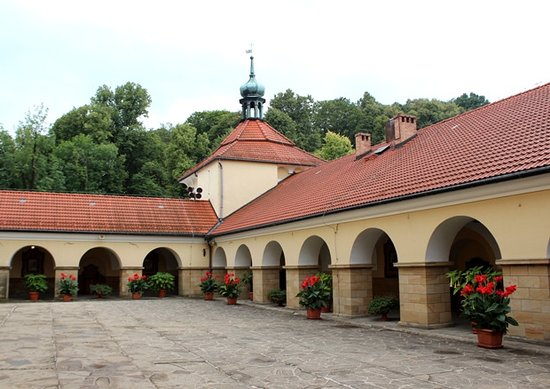 Kalwaria Zebrzydowska, Poland: Portico e cortile
