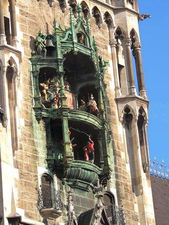 Glockenspiel im Rathausturm: relógio e seus bonecos dançantes