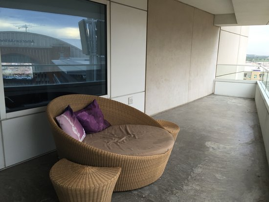 W Dallas Victory Hotel: Large outdoor balcony with chaise