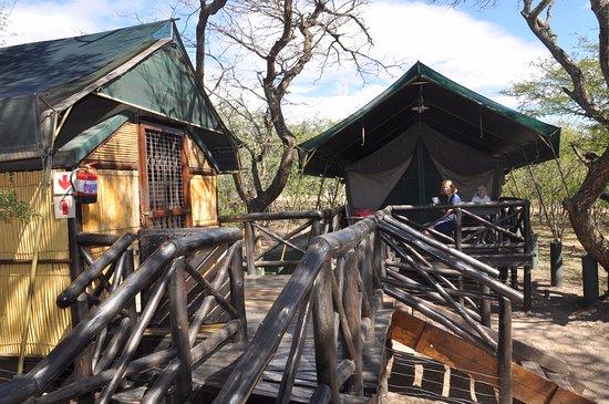 Заповедник Хлухлуве, Южная Африка: Links de keuken en rechts de slaapkamer met bedden en toilet/douche