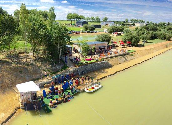 Anjou Wake Park : vue du ponton de départ et du snack/bar en arrière plan