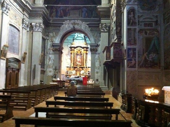 Cressogno, Italy: Interno della chiesa con altare