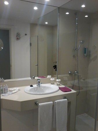 salle de bain avec douche - Picture of Iberostar Bouganville Playa ...