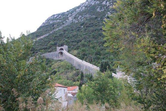 Ston, Croacia: Den Berg entlang sich die Mauer rankt