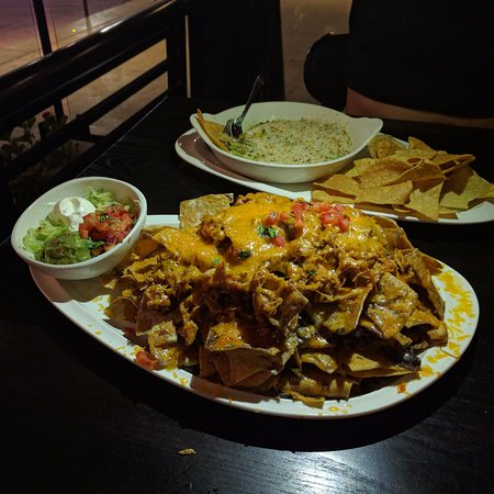 Starters: Nachos and Spinach & artichoke dip  - Picture of
