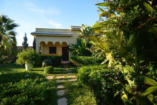 Les Cypres : Jardim bem cuidado e quartos amplos