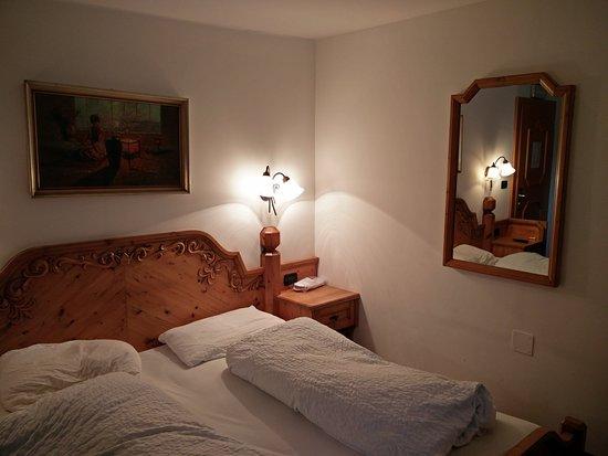 Hotel Restaurant Hirschen: La parte del letto in disordine lo è perché collaudata da me ;)