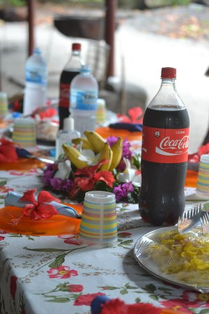 Wyspa Praslin, Seszele: It's all in the details. Decorative table, the greatest mango salad ever and cold Coke.