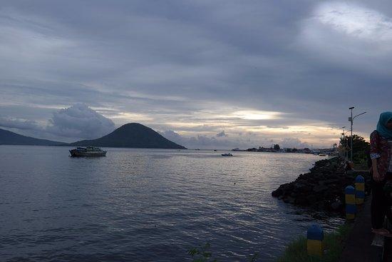 Ternate, إندونيسيا: View yg indah saat sore memandang laut dan Gunung Tidore di kejauhan sambil menikmati jagung bak
