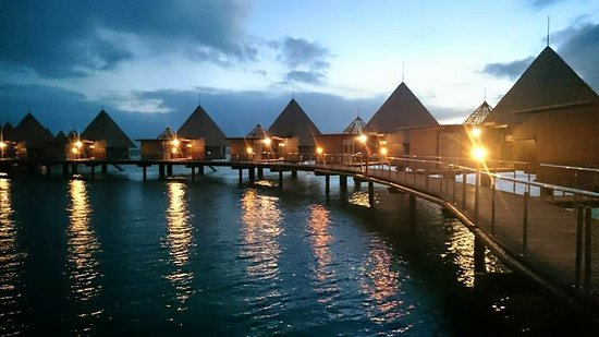 L'Escapade Island Resort: The view going to the rooms on the water during the sunset
