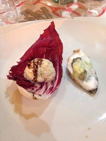 Barberino Val d'Elsa, Italie : Paté di cernia sul foglia di radicchio, ostica scottato con salsa di lattuga