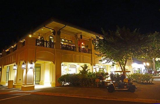 Das Restaurant Mit Der Terrasse Bei Abendlicher Beleuchtung