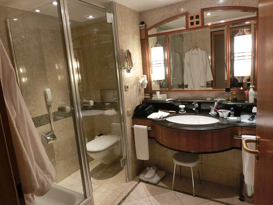 Kempinski Hotel Corvinus Budapest: The bathroom is well equipped