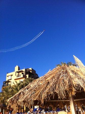 Mövenpick Resort & Residence Aqaba: Систематически над отелем учатся летать самолеты.