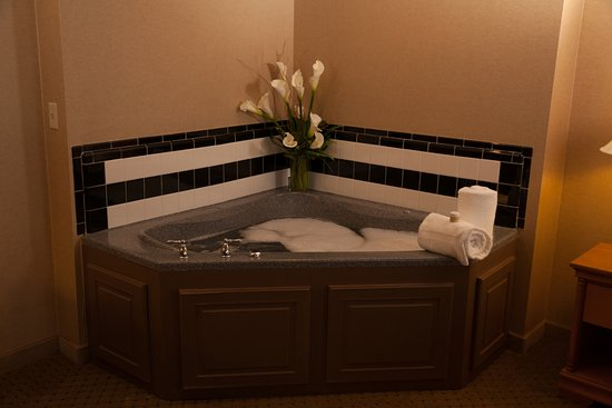 Ambassador Hotel: Whirlpool in King Whirlpool Suite