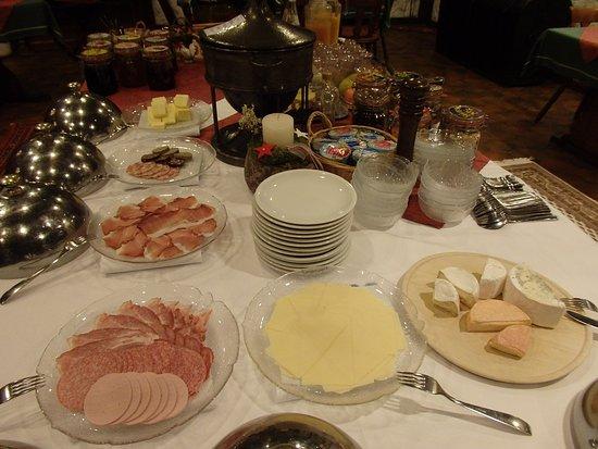 Schiltach, Tyskland: ハム&チーズ類が豊富な朝食です。