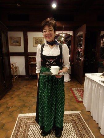 Schiltach, Tyskland: オーナーさんは、民族衣装で、朝食のお世話をしてくださいます。