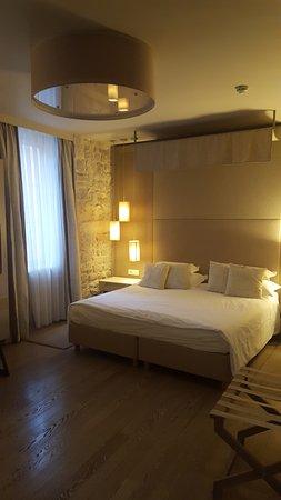 Art Hotel Kalelarga : Chambre spacieuse et décorée avec goût.