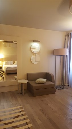 Art Hotel Kalelarga: Chambre spacieuse et agréable.