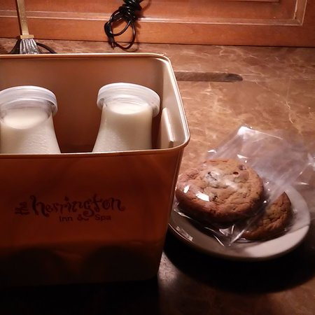 The Herrington Inn & Spa: Milk and cookies every night