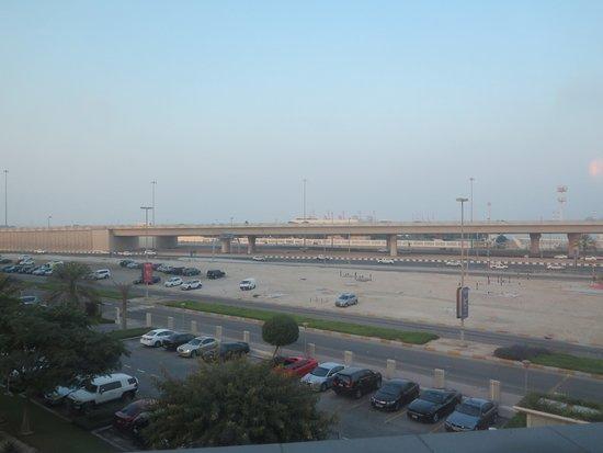 Park Rotana Abu Dhabi: Zimmerausblick auf Sheikh Zayed bin Sultan St. (Flughafenautobahn)