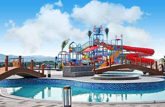 Mandaue, Filippinene: Guitar-shaped infinity pool and water playground