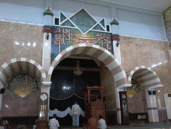 Purbalingga, อินโดนีเซีย: Mihrab (tempat imam memimpin sholat) Great Mosque dihiasi Ka'bah,kaligrafi & ornamen yang indah