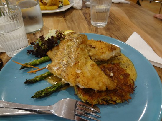 Kalamunda, Australia: grilled fish with asparagus
