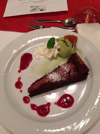 Rychnov nad Kneznou, Czech Republic: Čokoládový dort se zmrzlinou z japonského čaje Matcha