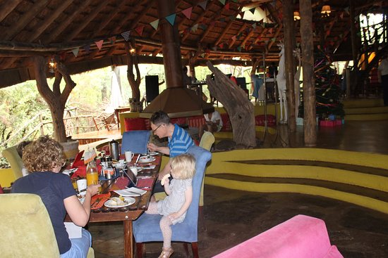 Jaci's Safari Lodge: Dining area with nice African design and colors