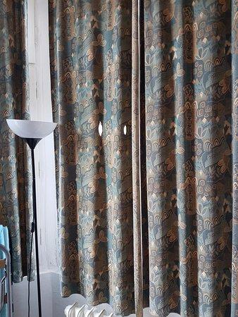 Hotel City Centre: Lampada rotta ( pochissima illuminazione) ma vabbè le tende sono forate! Tutto risolto!