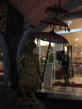 Ibis Bali Kuta: Hotel near to center of the Kuta and airport. Good for transit passengers.