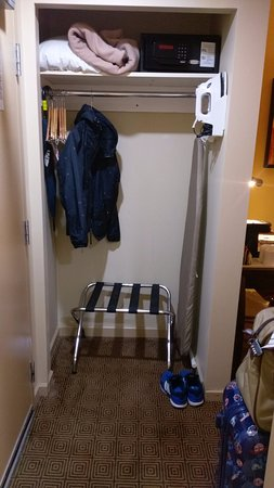 Comfort Inn Downtown: Open-concept wardrobe