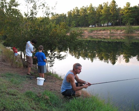 Metter, Géorgie : Families enjoy fishing for bass and bream