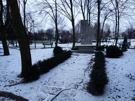 Slupca, Polônia: Okolice pomnika zimą (2017).