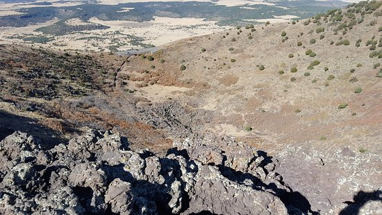 Capulin, Nuevo Mexico: Looking into the mouth of the volcano from the rim - easy hike up